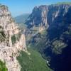 La bellas cuevas bajo la montaña Pindos